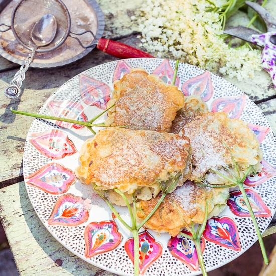 Die Holunderblütenpancakes sind von beiden Seiten braun gebraten und mit Zimt und Zucker bestäubt