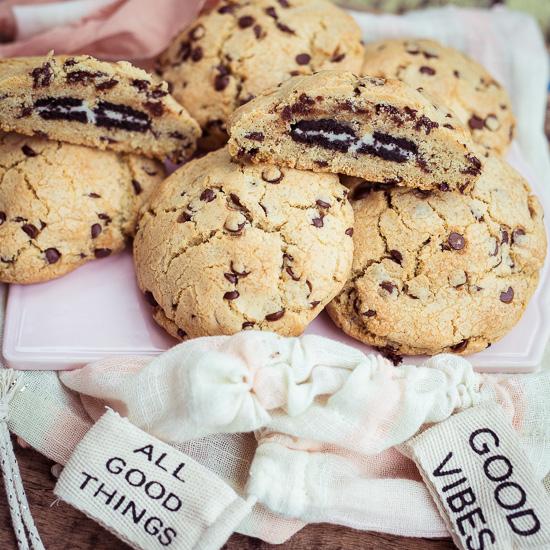 In diese Chocolate Cookies habe ich einen Oreo Keks eingebacken