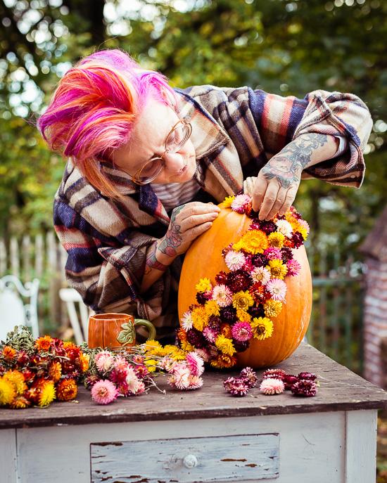 Den Halloween Kürbis habe ich mit Trockenblumen beklebt