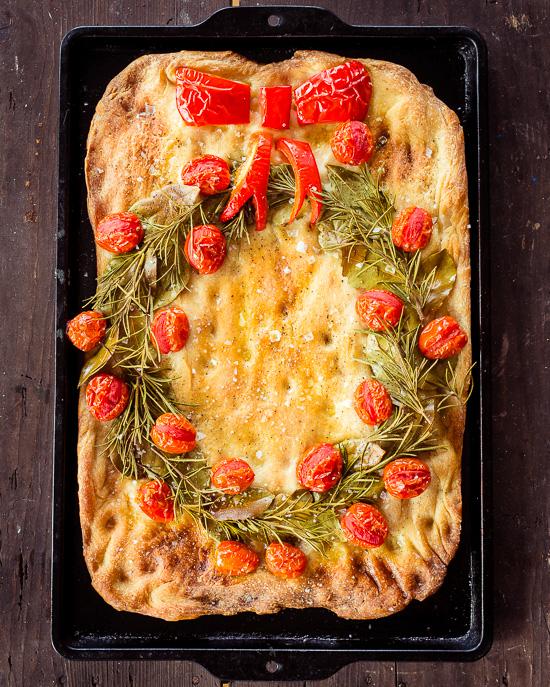Pizzasnack mit Rosmarin und Tomaten