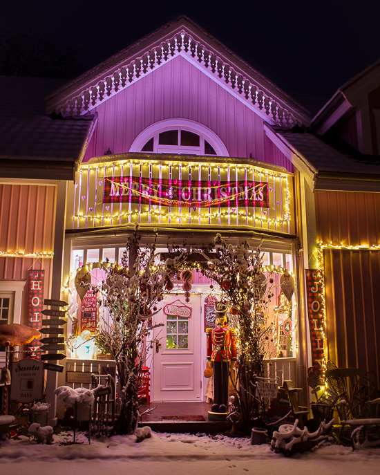 Der Eingang vom Rosa Haus an Weihnachten