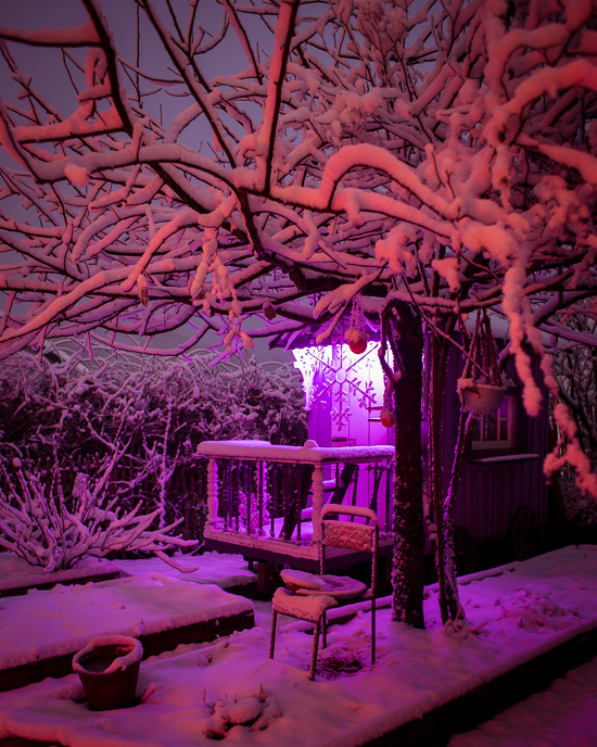 Auch auf dem Zirkuswagen liegt Schnee