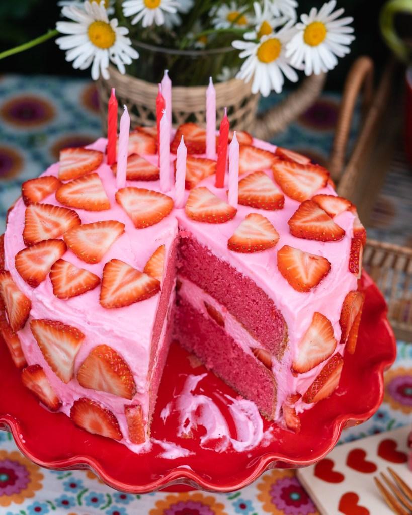 Das Grundrezent für diese Erdbeer Torte habe ich aus Backen Craft und Rote Katze