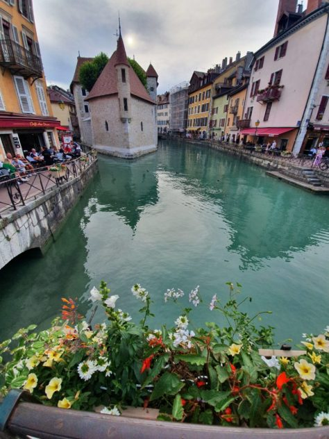 cautand omul Annecy