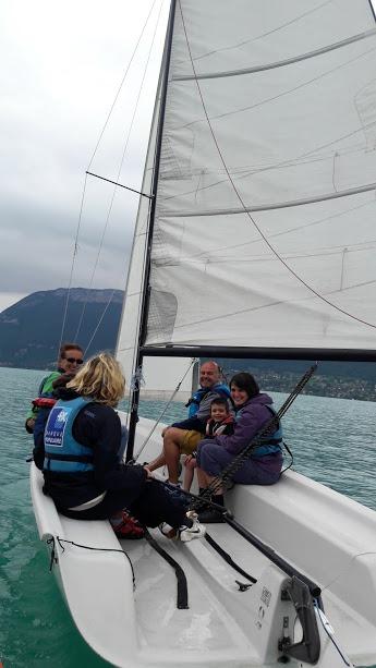 Plusieurs personnes sur un bateau