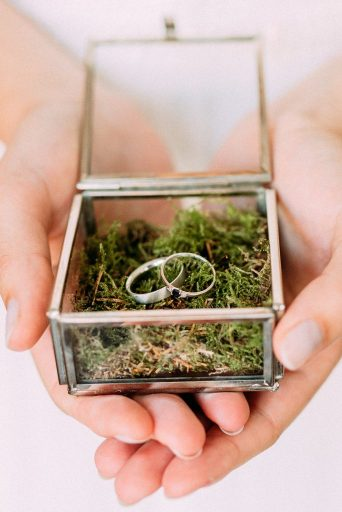 bride holding weddingrings in box