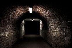 Das Silentium des Ortes: dieses Foto zeigt einen dunklen Tunnel der so lieblos aussieht, wie ein Tunnel nur aussehen kann.