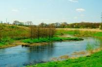 die Seseke mit einem Polfilter fotografiert. Zu sehen ist eine Insel inmitten des kleinen Flusses.