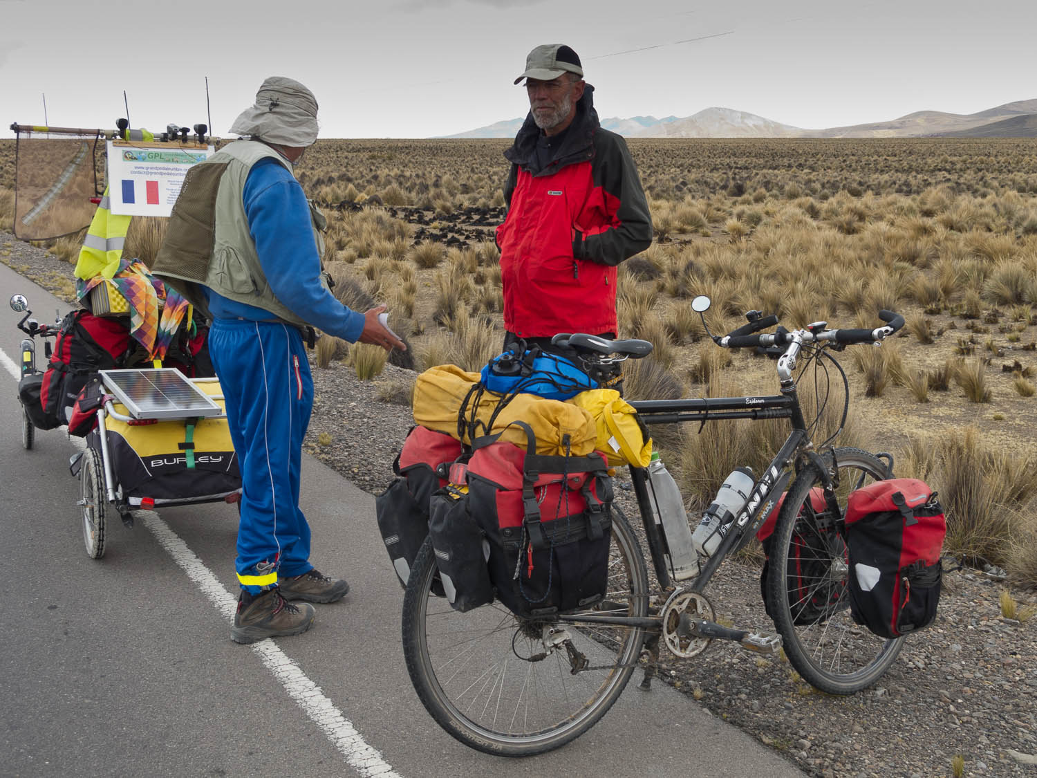 Meeting a French recumbent cyclist just coming from Chili