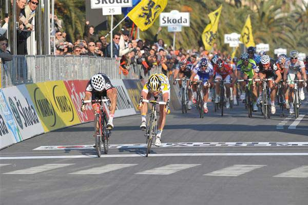 Mark Cavendish pips Heinrich Haussler by a bike throw at the 2009 Milan San-Remo