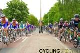 Het peloton stevent af op Amerongen. Rechts: Wiggins in de roze trui. Links: Mollema (Rabobank) in het wiel van Vinokourov (Astana). (foto: © 2010 Laurens Alblas)