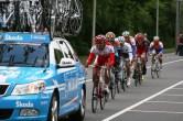 Verschillende plukjes renners probeerden terug te komen in het peloton met behulp van de auto's (foto: © Evie van der Spoel/Cyclingstory.nl)