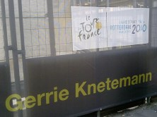 In Rotterdam sieren bekende citaten uit de wielerwereld het straatbeeld. 'Je kunt de Tour niet winnen op een boterham met pindakaas' van Gerrie Knetemann...
