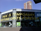 ...en op de ramen van de lokale VVV 'Pain is temporary, quitting lasts forever' van Lance Armstrong.