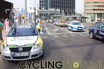 De ploegleiderswagens staan al te wachten voor het presentatierondje (foto: © Laurens Alblas / Cyclingstory.nl)