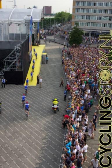 De menigte kijkt toe terwijl Quick Step het podium oprijdt (foto: © Laurens Alblas / Cyclingstory.nl)
