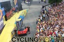 Het publiek maakte het meeste lawaai voor Team RadioShack met zevenvoudig Tourwinnaar Lance Armstrong (foto: © Laurens Alblas / Cyclingstory.nl)