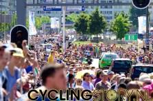 Langs het hele begin van het parcours staat het publiek rijen dik (foto: © Laurens Alblas/Cyclingstory.nl)