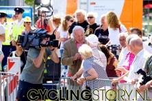 Mart interviewt wat mensen in het publiek (foto: © Laurens Alblas/Cyclingstory.nl)