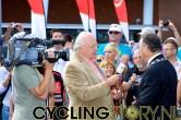 Mart Smeets interviewt inmiddels nog even burgemeester Aboutaleb (foto: © Laurens Alblas/Cyclingstory.nl)