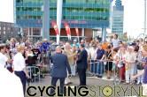 Het publiek kijkt geamuseerd toe (foto: © Laurens Alblas/Cyclingstory.nl)