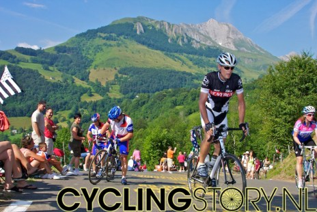 En ondertussen bleven de renners maar komen, met prachtige vergezichten als achtergrond (foto: © Laurens Alblas/Cyclingstory.nl)
