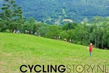 De renners waren al van ver zien aan te komen van De renners waren al van ver zien aan te komen van bovenop de berg, gemarkeerd met de helikopter in het dal (foto: © Laurens Alblas/Cyclingstory.nl) de berg, met de helikopter in het dal (foto: © Laurens Alblas/Cyclingstory.nl)