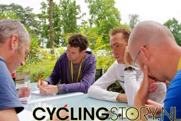 Maar uiteindelijk had Koos Moerenhout toch het meest en het langst een groep journalisten om hem heen (foto: © Laurens Alblas/Cyclingstory.nl)