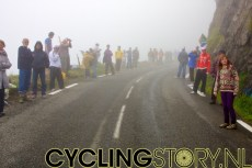 De mist kwam echter snel weer terug en zou niet meer wegtrekken (foto: © Laurens Alblas/Cyclingstory.nl)