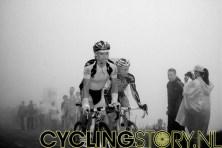 De mist leidde tot prachtige plaatjes, helemaal met het contrast van een zwart-wit foto. Hier fietsen Tiralongo en Ivanov (foto: © Laurens Alblas/Cyclingstory.nl)
