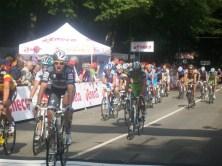 Sommige renners waren blij dat ze eindelijk de finish hadden bereikt. (Foto: © Tim van Dijk/Cyclingstory.nl)