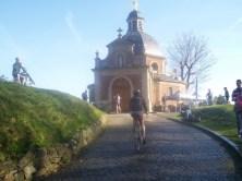 Het zien van de kapel is ongetwijfeld voor velen een 'kippenvelmomentje' geweest. (Foto: © Tim van Dijk/Cyclingstory.nl)