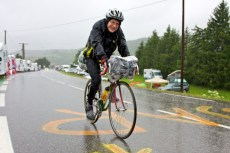 Ook in de regen bedwingt een enkeling de klim. (© 2011 Laurens Alblas / Cyclingstory.nl)