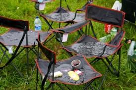 En ook de campingstoeltjes houden het niet droog. (© 2011 Laurens Alblas / Cyclingstory.nl)
