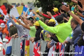 Het publiek in extase tijdens de reclamekaravaan. (foto: © Tim van Hengel / cyclingstory.nl)