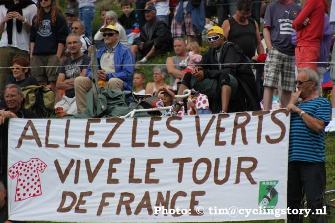 De Fransen bleven ook in de regen hun helden naar voren schreeuwen. (foto: © Tim van Hengel / cyclingstory.nl)