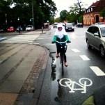 Gott om avstånd till bilarna, tydligt märkta körfält för cyklar. Och vad gör väl lite regn.