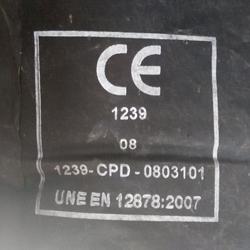 Distintivo del marcado CE y de la norma UNE-EN 12878:2007 en un envase de pigmento