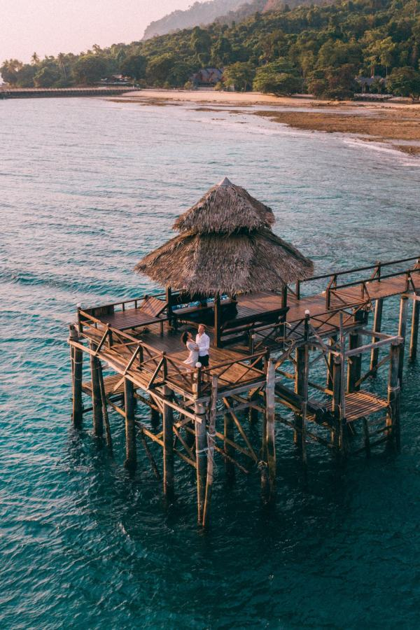 couple hugging in a jetty view from the sky
