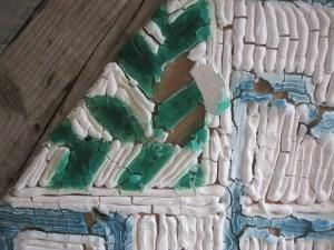 gros plan sur mosaique en dentifrice craquelé. Blanc, vert et bleu.