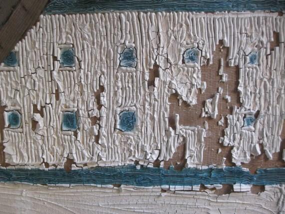 gros plan sur restitution de mosaique en dentifrice craquelé. Blanc et bleu.