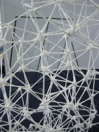 Vue rapprochée. biennale art contemporain. Sculpture en coton tiges collés entre eux à la colle à chaud. Structure légère. Biennale de Mulhouse 012.