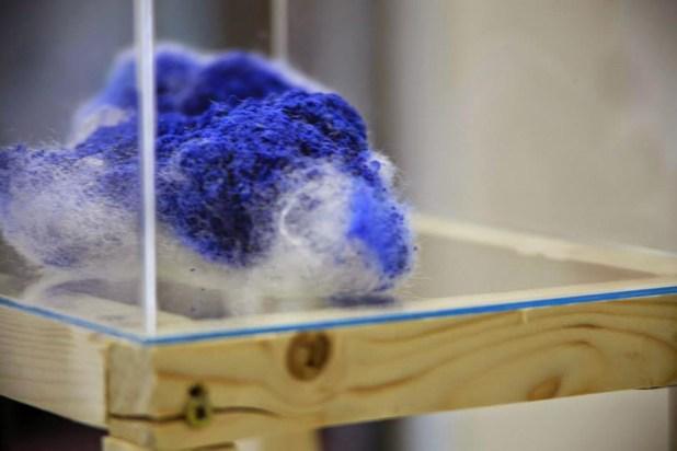 Exposition Zététique. Pierre bleu constituée de matériaux mixte dans un écrin de mousse blanche