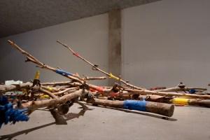 Branches de bois bruts environ 200 cm , acrylique Dimensions variables. Exposition alerte météo 2.