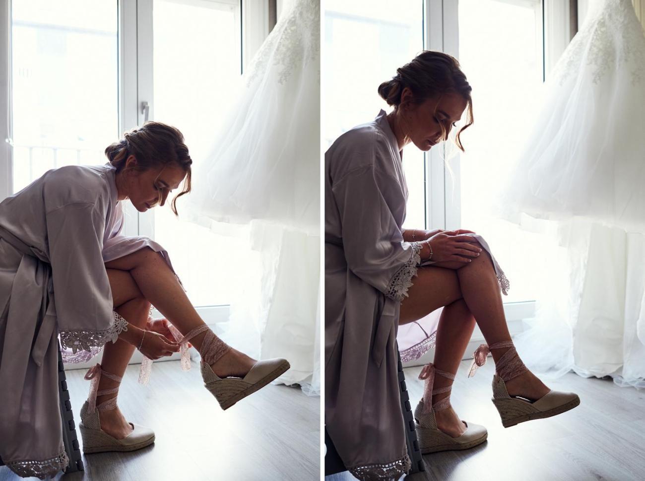 La mariée enfile ses chaussures
