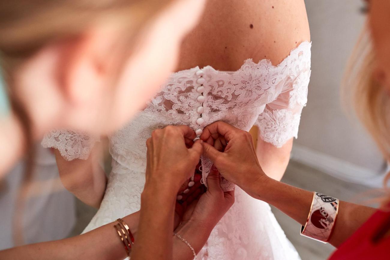 Boutonnage de la robe de mariée