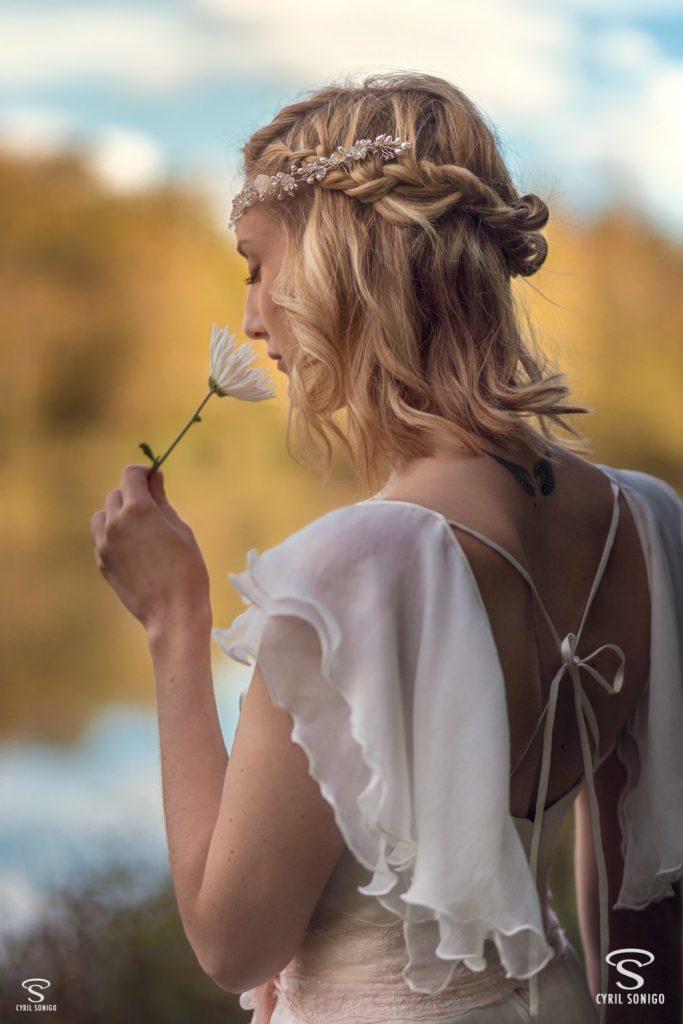 Photo robe de mariée bohème et romantique de Salomé Gautard, par le photographe de mariage Cyril Sonigo