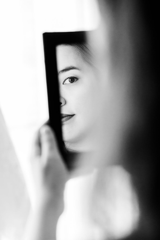 Mariée se regardant dans le miroir pendant les préparatifs