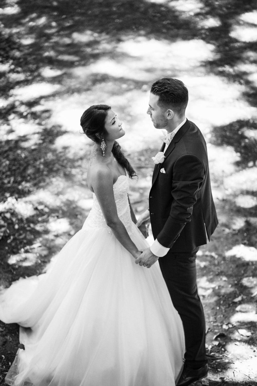Portrait noir et blanc des mariés pour leur mariage bohème à Paris