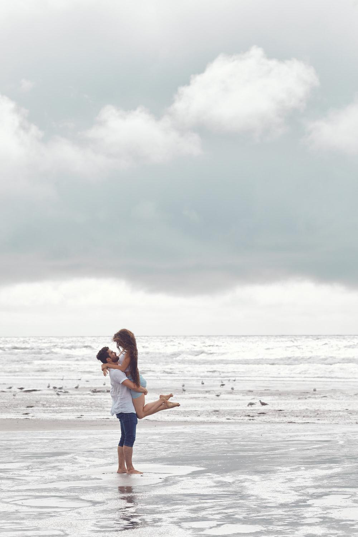 Séance photo de fiançailles en bord de mer
